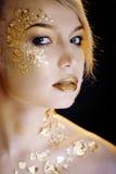 Blonde Frau der Schönheit mit dem kreativen Gold bilden Stockfotografie