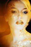 Blonde Frau der Schönheit mit dem kreativen Gold bilden Lizenzfreie Stockfotografie