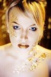 Blonde Frau der Schönheit mit dem kreativen Gold bilden Lizenzfreies Stockbild