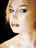 Blonde Frau der Schönheit mit dem kreativen Gold bilden, bokeh auf gelbem Hintergrund Lizenzfreies Stockbild