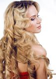 Blonde Frau der Schönheit mit dem langen gelockten Haar lokalisiert Lizenzfreies Stockbild