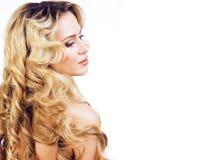 Blonde Frau der Schönheit mit dem langen gelockten Haar lokalisiert, Frisur wav Stockbild