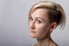 Blonde Frau der Schönheit mit Frisur Stockfoto