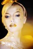Blonde Frau der Schönheit mit Gold auf dem kreativen Gesicht bilden Lizenzfreie Stockbilder