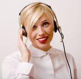 Blonde Frau der Schönheit mit Kopfhörern, Anrufbetreiber Stockfotos