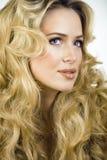 Blonde Frau der Schönheit mit langem Abschluss des gelockten Haares oben Lizenzfreies Stockbild