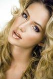 Blonde Frau der Schönheit mit langem Abschluss des gelockten Haares oben Stockbild