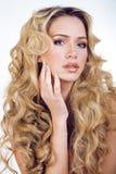 Blonde Frau der Schönheit mit langem Abschluss des gelockten Haares oben Lizenzfreie Stockfotografie