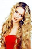 Blonde Frau der Schönheit mit langem Abschluss des gelockten Haares oben, Frisur bewegt Hollywood, lächelnde glückliche Lebenssti Stockbild