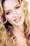 Blonde Frau der Schönheit mit langem Abschluss des gelockten Haares oben, Frisur bewegt wellenartig Lizenzfreie Stockfotos