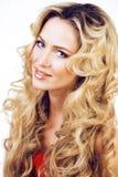Blonde Frau der Schönheit mit langem Abschluss des gelockten Haares oben, Frisur bewegt wellenartig Stockbilder