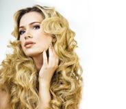 Blonde Frau der Schönheit mit langem Abschluss des gelockten Haares oben, Haare Lizenzfreie Stockbilder