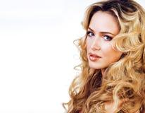 Blonde Frau der Schönheit mit langem Abschluss des gelockten Haares oben lokalisiert Lizenzfreie Stockfotografie