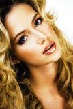 Blonde Frau der Schönheit mit langem Abschluss des gelockten Haares oben lokalisiert Stockfoto