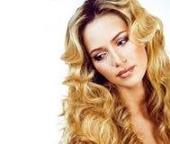 Blonde Frau der Schönheit mit langem Abschluss des gelockten Haares oben lokalisiert, Haare Lizenzfreie Stockfotografie