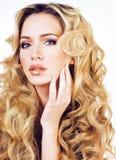 Blonde Frau der Schönheit mit langem Abschluss des gelockten Haares oben lokalisiert, Haare Stockfotos