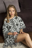 Blonde Frau der Schönheit, sitzend auf Boden Lizenzfreie Stockfotografie