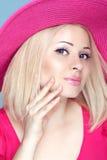Blonde Frau der Schönheitsmode im rosa Hut mit Make-up und manikürt Lizenzfreies Stockbild