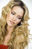 Blonde Frau der Schönheit mit langem Abschluss des gelockten Haares oben Stockfotografie