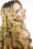 Blonde Frau der Schönheit mit langem Abschluss des gelockten Haares oben Lizenzfreie Stockfotos