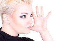 Blonde Frau in der schwarzen darstellenden Hand Lizenzfreie Stockfotos