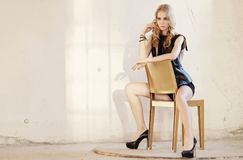 Blonde Frau in der schwarzen Kleidung Stockfotos