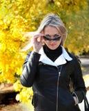 Blonde Frau in der schwarzen Lederjacke Lizenzfreies Stockbild