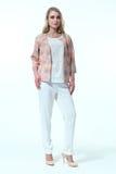 Blonde Frau in der Sommerdruckjacke und in der zufälligen Hose Stockfotos
