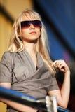 Blonde Frau in der Sonnenbrille Stockfoto