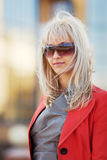 Blonde Frau in der Sonnenbrille Stockfotos