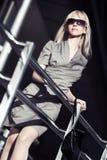 Blonde Frau in der Sonnenbrille Lizenzfreies Stockfoto