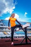 Blonde Frau in der Sportkleidung Stockfotos