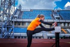 Blonde Frau in der Sportkleidung Stockfotografie