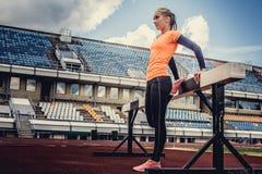 Blonde Frau in der Sportkleidung, die Übungen tut Lizenzfreies Stockfoto