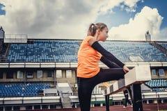 Blonde Frau in der Sportkleidung, die Übungen tut Lizenzfreies Stockbild