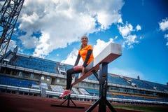 Blonde Frau in der Sportkleidung, die Übungen tut Stockfoto