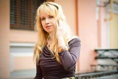Blonde Frau in der Stadt Lizenzfreie Stockfotografie