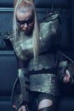 Blonde Frau in der Stahlrüstungsaufstellung Lizenzfreies Stockfoto