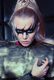 Blonde Frau in der Stahlrüstungsaufstellung Stockbild
