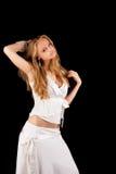 Blonde Frau in der stehenden Hand des weißen Kleides hob an Lizenzfreies Stockbild