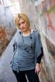 Blonde Frau in der Straße Lizenzfreies Stockbild