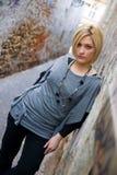 Blonde Frau in der Straße Stockbild