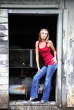 Blonde Frau in der Tür Lizenzfreies Stockfoto
