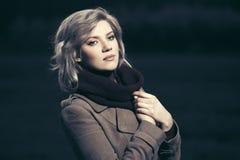 Blonde Frau der traurigen jungen Mode, die in die Nacht im Freien geht Stockfotografie