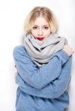 Blonde Frau in der warmen Kleidung Lizenzfreies Stockfoto