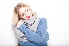 Blonde Frau in der warmen Kleidung Stockfotos