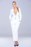 Blonde Frau in der weißen eleganten Mode-Ausstattung Stockfotos