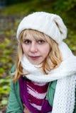 Blonde Frau in der weißen Schutzkappe und im Schal Lizenzfreies Stockfoto