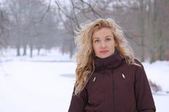 Blonde Frau in der Winterlandschaft Lizenzfreie Stockfotografie