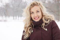 Blonde Frau in der Winterlandschaft Lizenzfreies Stockbild